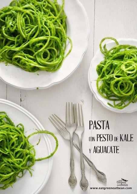 PASTA CON PESTO DE KALE Y AGUACATE Mega delicioso substituyo de pasta, la pueden comer como ensalada ó complementar con otros ingredientes para una comida más completa!