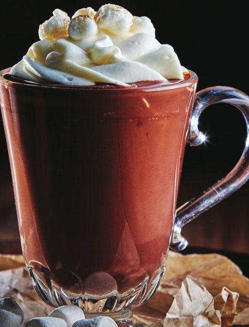 Calienta la leche con la crema, cuando comiencen a hervir, agrega el chocolate y mezcla muy bien.