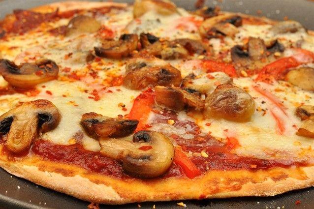 Non esiste la ricetta perfetta della pizza fatta in casa ma ci sono tanti accorgimenti da dover fare per evitare che non venga morbida, a partire dalla teglia passando per le dosi fino alla cottura.