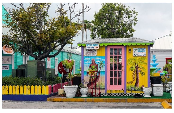 Bildquelle: Oscarhenao/ https://pixabay.com/de/dorf-bunte-reisen-farbe-tourismus-1428010/ Und woher stammt der Name der Inselgruppe?  Mehr Text s. Webseite unten >>