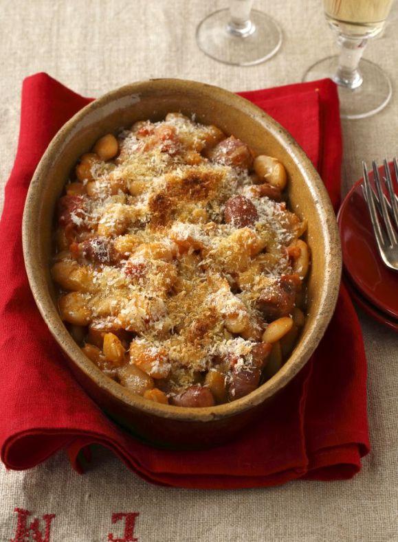 フランス南部、ラングドック地方の伝統料理で、肉や野菜といっしょに白いんげん豆を煮込んだもの。仕上げにパン粉をふって、カリッと香ばしく焼き上げて。
