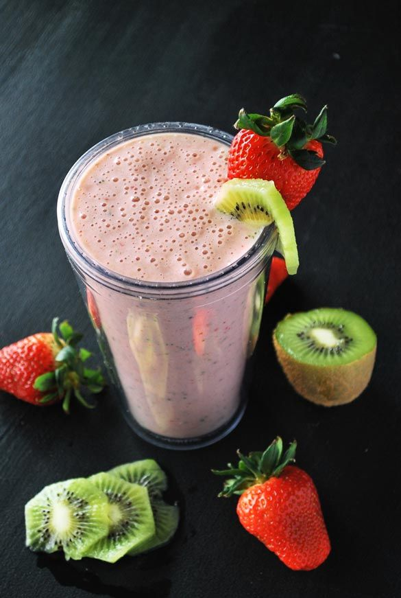 A Strawberry Kiwi Smoothie Recipe That's Perfect for Spring