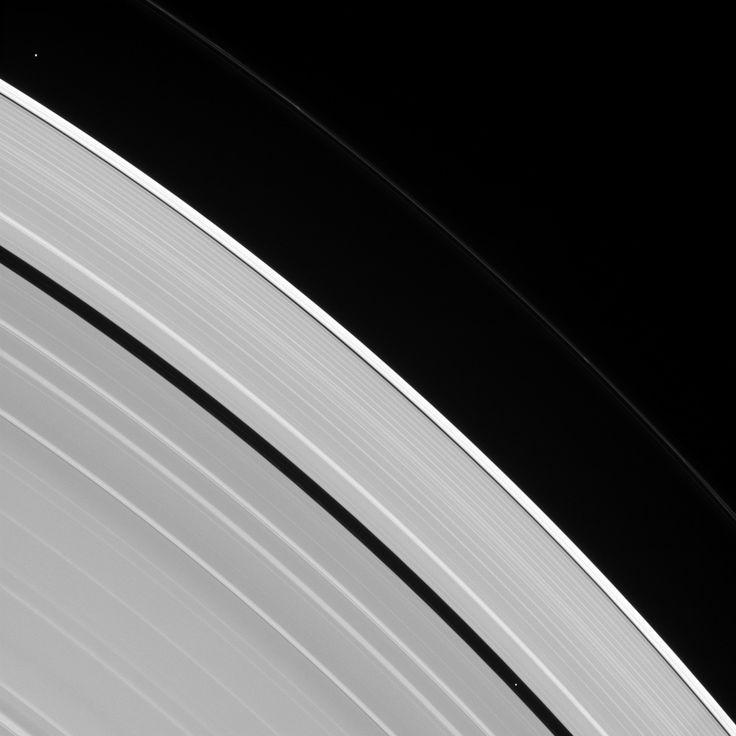 Os anéis de Saturno e minúsculas luas