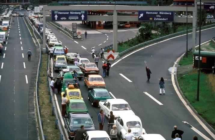 """2144 1981, Grenzübergang Dreilinden in Berlin-Wannsee. Autobahnen in Berlin hatten eine gewisse Bedeutung - hier ging es raus aus der eingemauerten Stadt, """"rüber nach Westdeutschland"""". Auf der Autobahn spielen Kinder Federball (rechts)."""