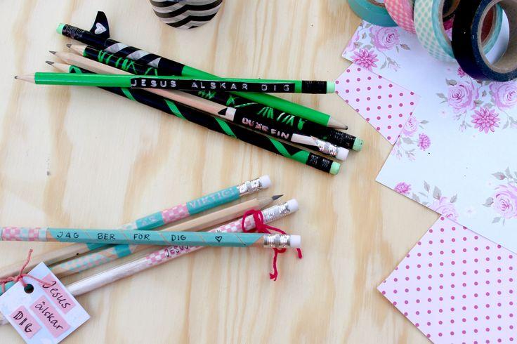 Dekorera några pennor med budskap och komplimanger och låna ut till kompisar i nöd! Det kommer sprida både glädje och kärlek :)  www.nygeneration.se