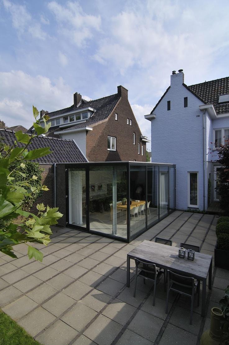 zijwand in hoek met wand huis = glas. Achterwand naar tuin, gewoon raam.