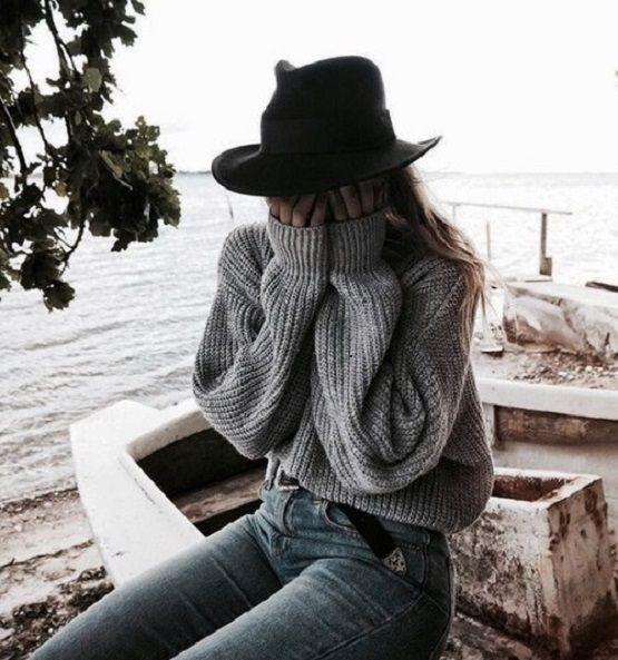 Zalai Lili - Sírni akarok. Sírni, hogy egy kicsit is megkönnyebbüljek. De nem tudok. Érzem, hogy ott az a gombóc a torkomban, és már levegőt sem kapok, de egyszerűen nem tudok sírni. Csak belülről emészt, és ezt már nem bírom. Könnyeket akarok érezni az arcomon, ahogy patakokba folyik, és egyre jobban érezzem a megkönnyebbülést, nyugovóra térjek, hogy kiengedjem a fájdalmat. Hogy nyugodtnak érezzem utána magamat, legalább egy kis időre. De nem, nem megy. Miért nem tudok sírni? Más is így…