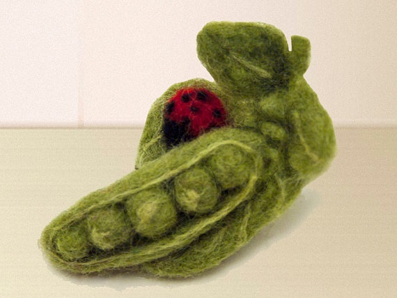 PeaPod and Ladybug Felted Brooch Pincushion: Felt Wool, Ladybugs Felt, Felt Soft, Felt Ideas, Felt Brooches, Brooches Pincushion, Needle Felt, Felt Art, Felt Creations