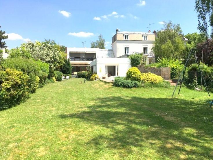 Maison coup de coeur à vendre chez Capifrance à Enghien Les Bains.     > 295 m², 9 pièces dont 4 chambres.     Plus d'infos > Ouafaa Kebbiche, conseillère immobilière Capifrance.