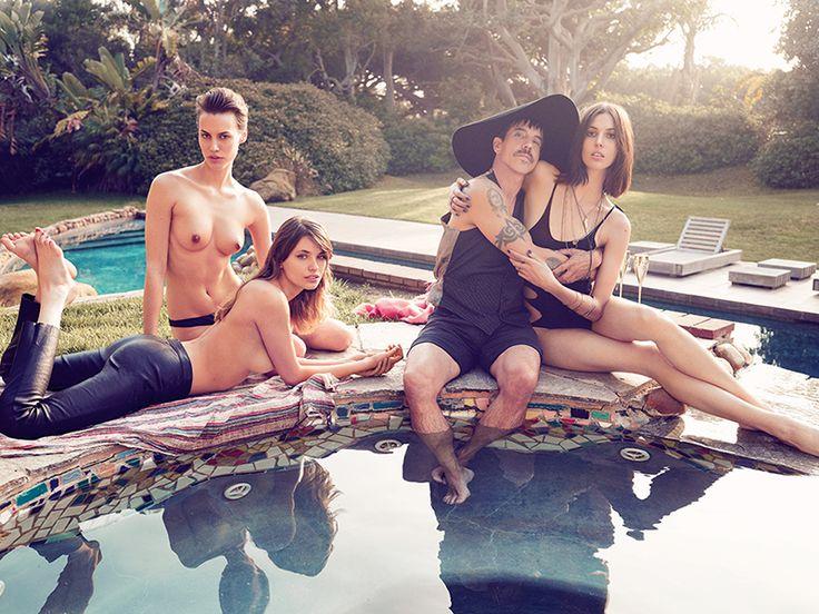 Солист группы Red Hot Chili Peppers Энтони Кидис с моделями Руби Олдридж и Аланой Бунте. Фото: Дэвид Мушегон, Vogue Россия, 2013