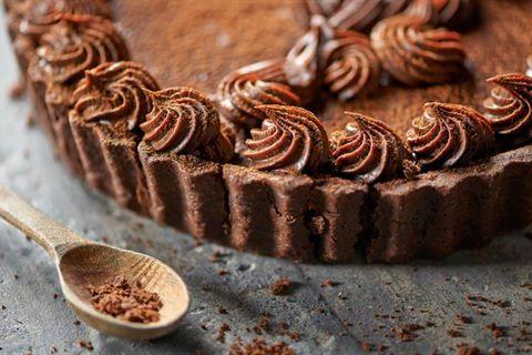 Jesteś ciekaw, jak smakuje tarta czekoladowa z konfiturą z czarnej porzeczki? Cukiernik Paweł Małecki podzieli się z Tobą swoim przepisem!