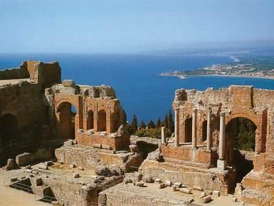 Sicilia - Taormina - Antiche rovine, bagni romani e magnifiche costruzioni arabe apportano tutto il fascino alla città.