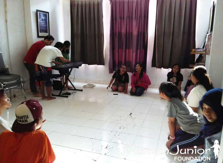 Rumah Junior melatih dan memberikan kursus musik dan vokal GRATIS kepada anak Pra-sejahtera Setiap Hari Senin Pukul 13.00 - 16.30 WIB  #Indonesia #Rumahjunior #SocialEducation #PendidikanSosial