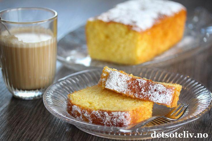 Til påsken er det populært både å spise appelsiner og å bake med appelsiner! Her har du en kjempeenkel appelsinkake, med en fantastisk god appelsinsmak! Den ekstra gode appelsinsmaken kommer av at den stekte kaken dynkes med appelsinlake mens den fortsatt er varm, slik at laken trekker godt inn i kaken. Det gjør dessuten at kaken blir utrolig myk og saftig. Appelsinkaken er lett å røre sammen og holder seg god i flere dager.