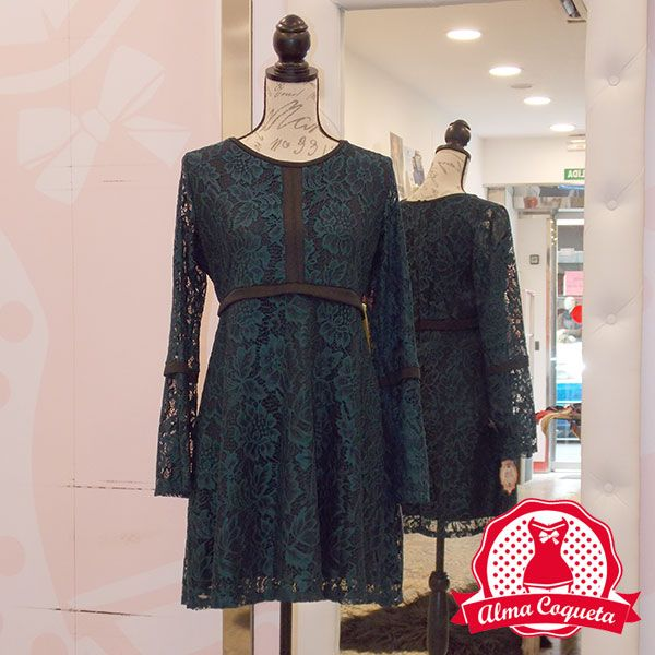 Vestido de encaje en tono verde combinado con negro, con corte a la altura del pecho y falda con vuelo; las mangas son ligeramente acampanadas. El vestido va completamente forrado para que te siente como un guante. Combínalo con tus taconazos negros o con una bota alta y estrás espectacular, tanto para una noche de fiesta como para ir a algún evento  #moda #vestido #fashion #retro  #verde #encaje #almacoqueta #leonesp #otoño #invierno #negro #vuelo #acampanada