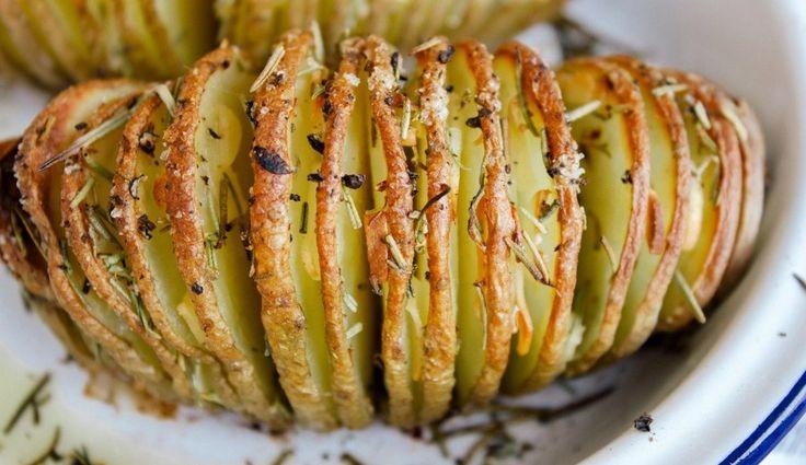 Le patate hasselback sono una specialità svedese, un contorno semplice e molto saporito, specie se gustato con erbette e salsine varie, a piacimento.