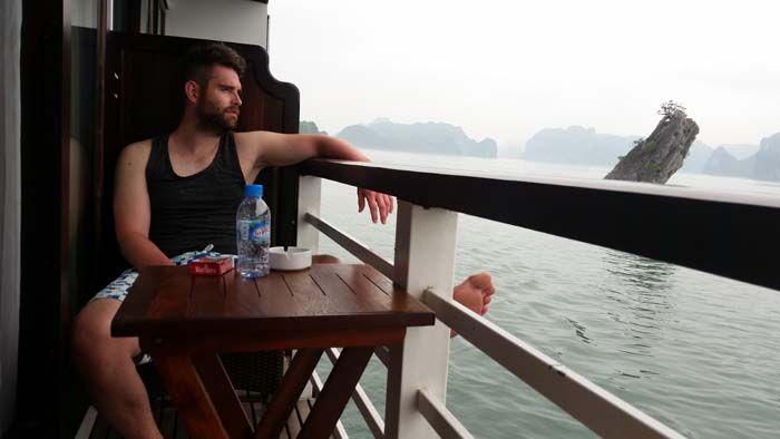 Halong Bay, het is het vaak het eerste plaatje wat je tegen komt als je je reis naar Vietnam aan het organiseren bent.Natuurlijk konden we deze plek niet overslaan. Veel mensen kennen deze prachtige plek van de film James Bond. Halong Bay betekent baai van de Chinese draak. Het gebied bestaat uit zo'n 15000 m2...