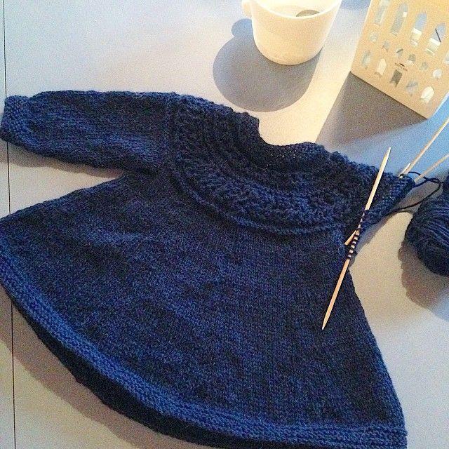For kort!!!  Da må man berre rekke opp å strikke den lenger. Uansett, smashing blir den!  #barndomskjolen #strikktilmammaogmini #julekjole