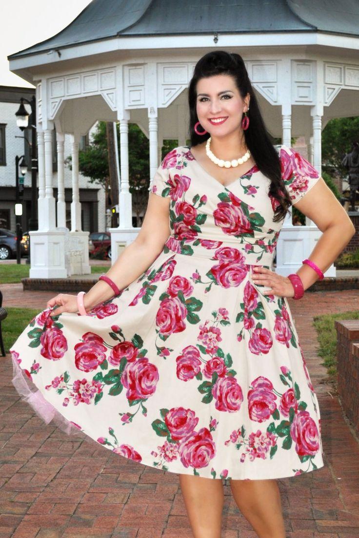 Dieses 50s Ursula Roses Swing Dress hat bestimmt den WOW-Effekt!Dieses, an den 50er Jahren inspiriertes Schmuckstück wurde in Zusammenarbeit mit der bekannten Georgina Horne, die Bloggerin von dem Blog, 'Fuller Figure Fuller Bust' entworfen. Mit einem wundervollen Top in Wickeloptik mit Raffungen und einem weiten Swingrock für eine super weibliche Silhouette. Hergestellt aus einem festen, aber trotzdem luftigen Baumwolle-Mix in Creme mit einem prachtvollen Rosenmuste...