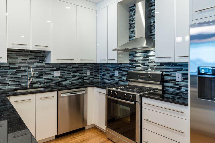 Дизайн кухни площадью 6 кв. м с холодильником: как оптимизировать пространство и 70 функциональных идей http://happymodern.ru/dizajn-kuxni-6-metrov-s-xolodilnikom-foto/ Чтобы маленькая кухня визуально казалась больше, нужно как можно больше света, а еще отличным вариантом станут блестящие поверхности, которые будут отражать свет