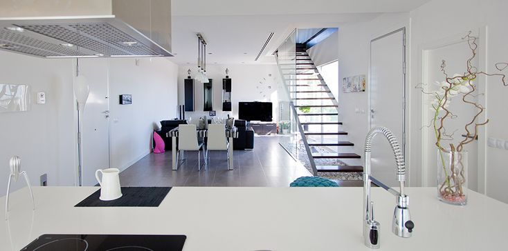 Escalera con barandilla de cristal en cocina salón de casa minimalista | Chiralt arquitectos valencia