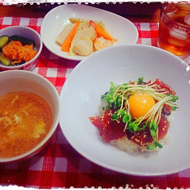 今日のばんごはん (๑´ڡ`๑)   ☆マグロユッケ丼 ☆オイキムチ ☆卵スープ ☆筍とホタテとエビの中華いため  今日はマグロのお刺身が安かったので、コチュジャンとすりおろしニンニクと胡麻油でユッケ丼 黄身をかき混ぜて豪快にいただきます~ - 52件のもぐもぐ - マグロユッケ丼&オイキムチ by samansayukiyuki