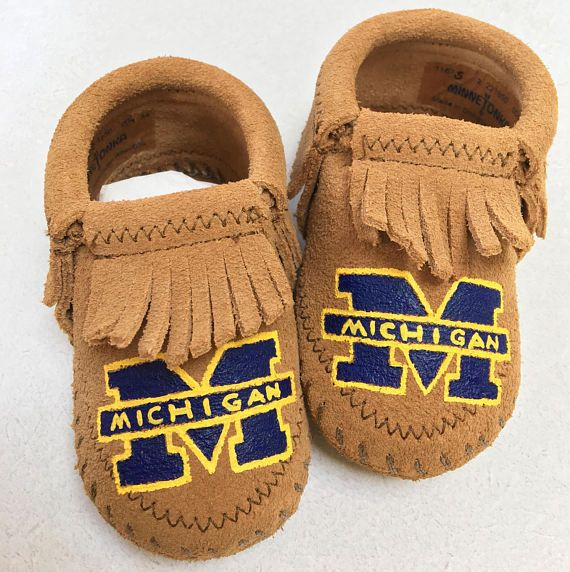 Go Blue! University of Michigan baby booties are one-of-a-kind, hand-painted by me. Minnetonka leather moccasins size 0 infant through 6. Any school can be ordered, just let me know at checkout what logo youd like, or send a custom request inquiry. Free Range Mama is a free-hand, completely custom, hand-painted collection of keepsake baby booties and moccasins! My personalized shoes make the best baby shower gifts, Christmas and Holiday gifts, New Sibling gifts, etc! Please browse my Etsy…