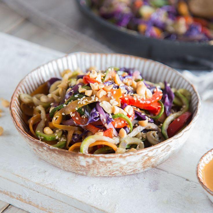 Mit den bunten Gemüsenudeln steht schnell ein leichtes, vegetarisches Abendessen auf dem Tisch. Cremige Erdnussauce und Sesam sorgen für einen Hauch Asien.