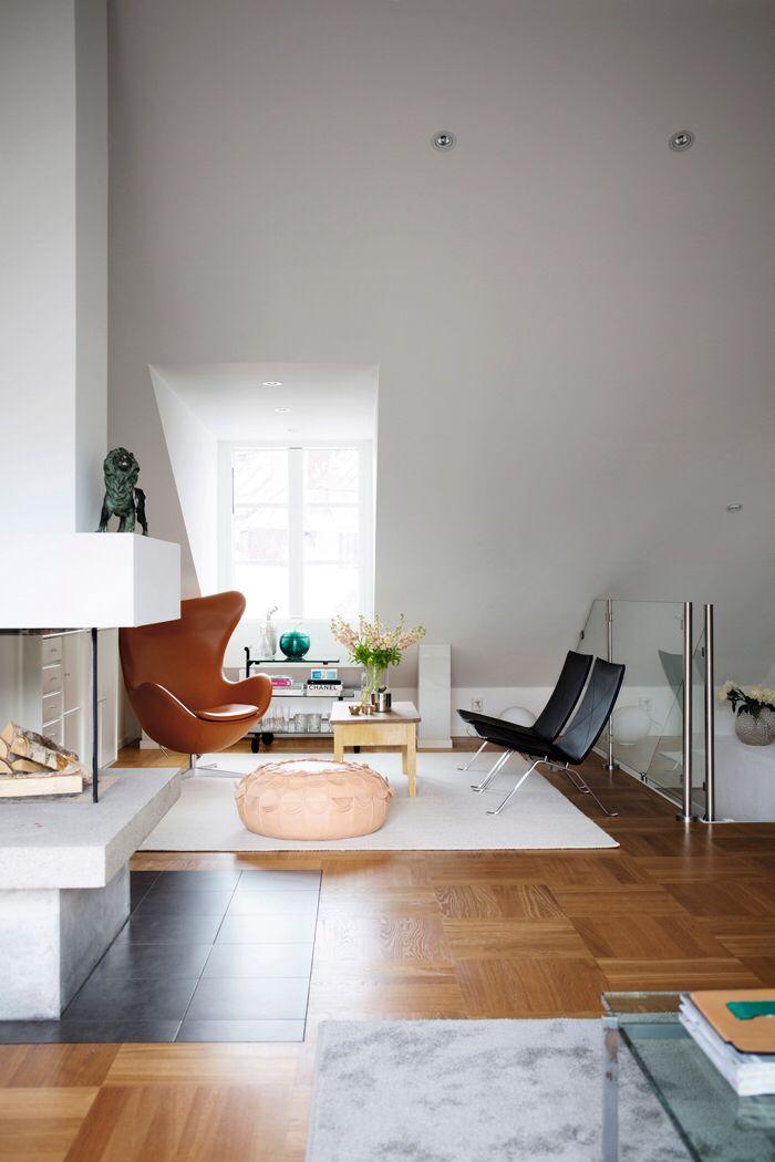 Bild från http://elledecoration.se/files/2014/10/pkk22-fatoljer-designer-poul-kjaerholm-fritz-hansen-skinnpuff-lisa-hilland-svenskt-tenn-agget-arne-jacobsen-fatolj-vardagsrum.jpg.