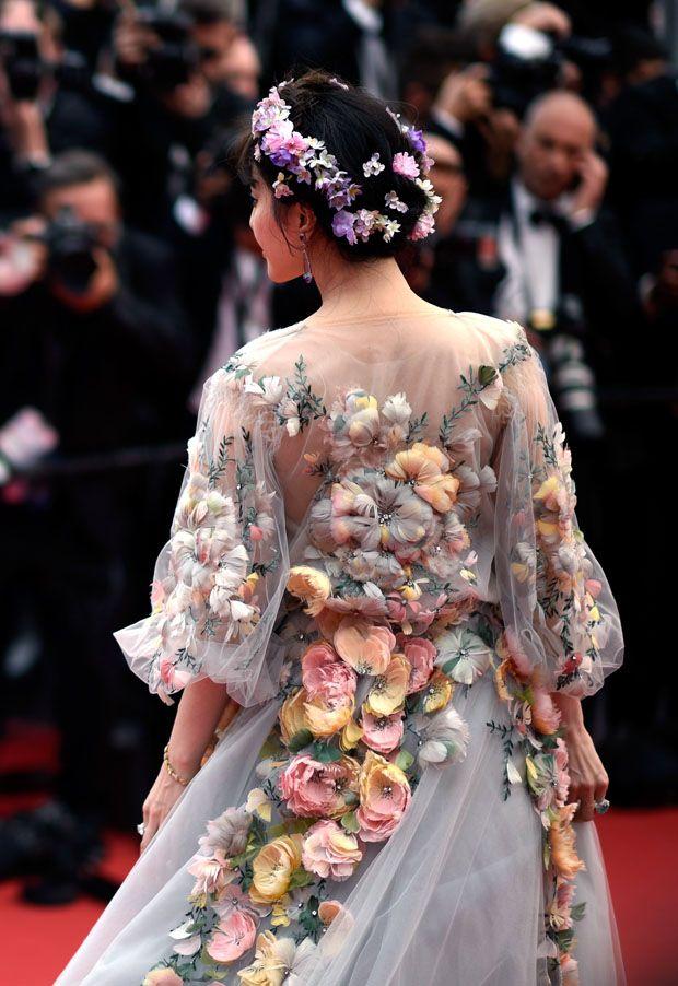 Fan Bingbing de Marchesa na premiere de Mad Max em Cannes. Explosão de  flores e um feeling fada  da natureza que na teoria nunca dá certo... Mas com ela deu!