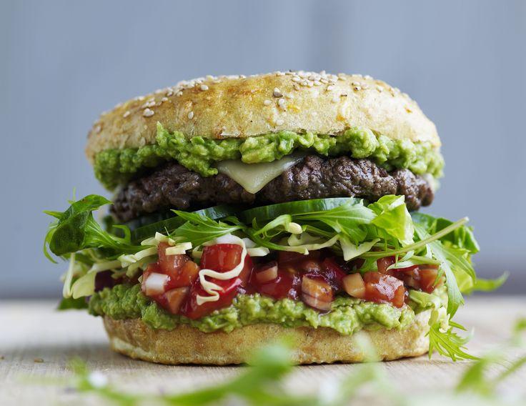Opskrift på burger med avocadocreme og tomatsalsa