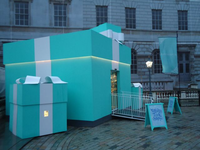 The Tiffany Tuck Shop by Tiffany & Co. appeared outside a skating rink in London and provided Tiffany branded cupcakes and hot drinks. The result is a humanizing of a large company without the scary security of pop-up shop diamonds! #popup #store #retail