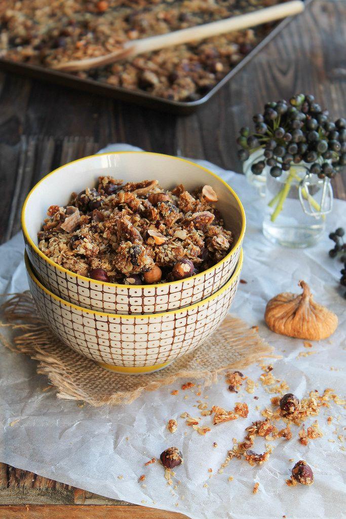 Recette de Granola noisette, figues et dattes - Ingrédients :250 g de flocons d'avoine,150 g de noisettes,30 g de son d'avoine, 5 cl d'huile de noisette...
