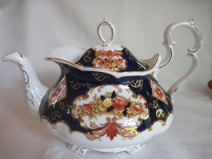 ROYAL ALBERT HEIRLOOM Large Oval Tea Pot w/ Gold Trim & Bone China Stamp