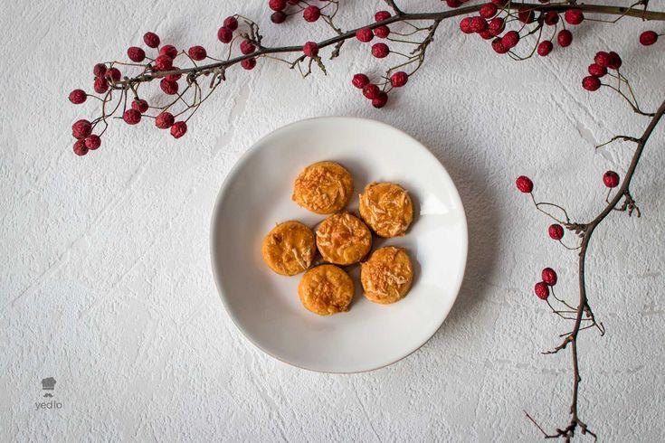 Jednoduché a zároveň sviatočné syrové pagáčiky, ktoré sú skvelou ozdobou silvestrovského pohostenia. Viac sviatočného pečenia na stránke yedlo.sk.