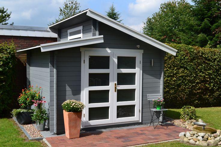 Pultdach Gartenhaus in Grau und Weiß mit einer mediterran gestalteten Terrasse - Urlaubsfeeling für zu Hause.