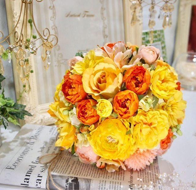 おはようございます☀ アンクラフトです♡ パッと明るくビビッドな #ラウンドブーケ 大人気 #美女と野獣 のベル着用 #イエロードレス とも相性抜群ですよ 造花のブーケは #持ち運び しやすく #海外ウェディング をお考えの方にもオススメですよ #結婚式準備中 の花嫁様もお気軽にお問い合わせ下さい #アンクラフト Tel:0798-62-3480 #ウェディングブーケ #weddingbouquet #wedding #ブーケ #ウェディング #オーダーメイド承ります #yellow #黄色 #ローズ #rose #バラ #造花 #アーティフィシャルフラワー #西宮北口 #bridalbouquet #ブライダルブーケ