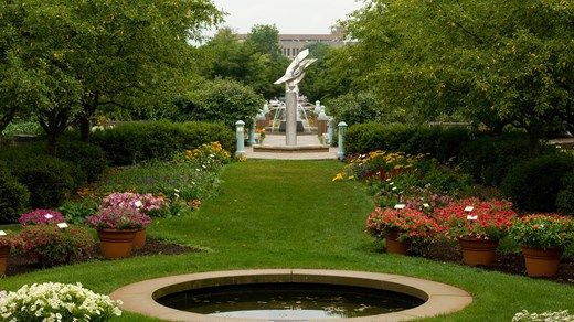 Beautiful green garden campus at Michigan State University (MSU) #flowers #plants #statue #fountain #park #kilroy