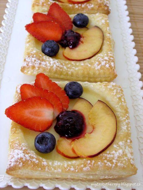 Tasty Therapy: Pudinkové čtverce s čerstvým ovocem a ovocnou omáč...