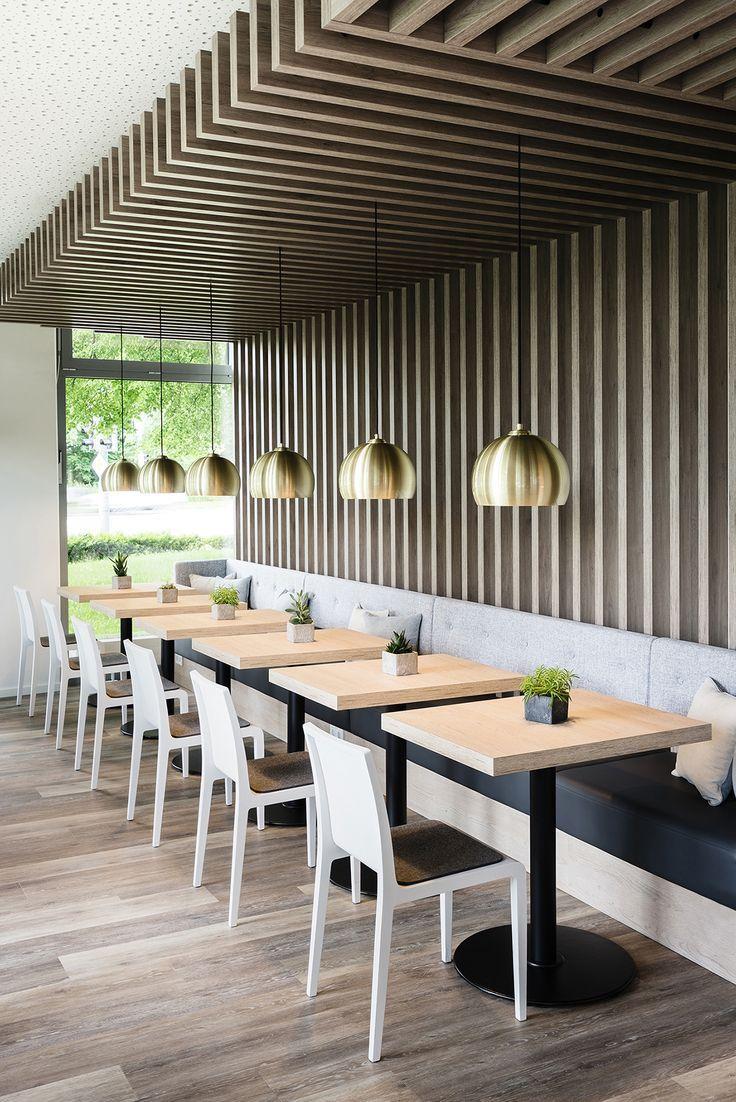Sitzbank Abgehangte Leuchten Und Spannende Wand Deckenlosung Gemutlich Restaurant Interior Design Modern Restaurant Design Hotel