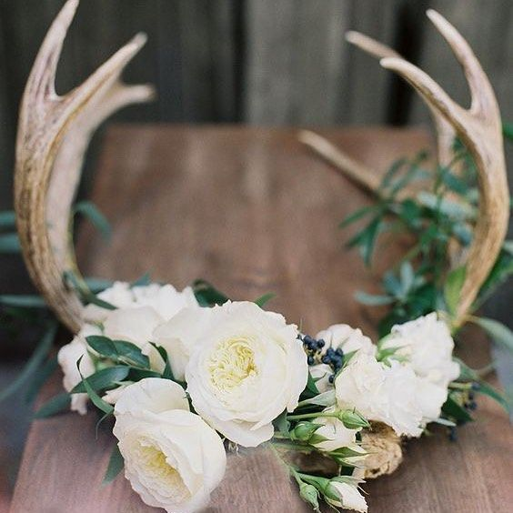 These DIY floral antlers by @stylemepretty make for the perfect boho wedding decor.