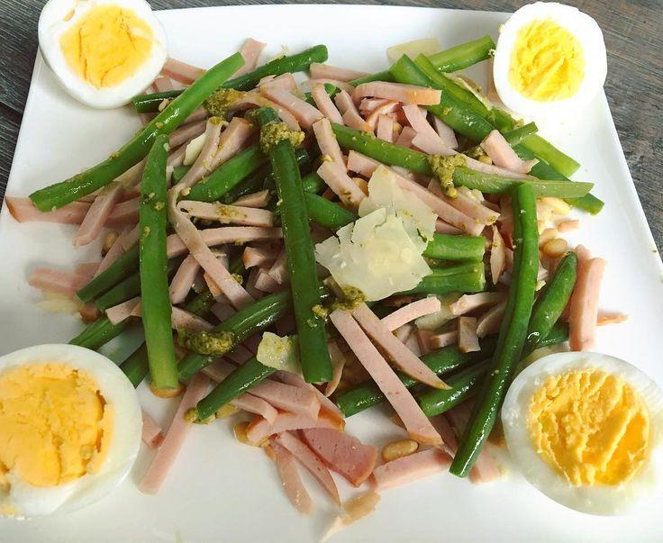 Dit was weer een lekker lunchbordje op de no carbsday😋👍🏻 100gr sperziebonen  2 gekookte eieren 80gr gerookte kip 15gr geroosterde pijnboompitten  15gr groene pesto 10gr parmezaanse kaas 432kcal - 7gr kh - 49gr eiw - 27gr vet #lunchtime #gezondelunch #highprotein #lowcarb #koolhydraatarm #healthylunch #macros #lekkereten #sperziebonen #pesto #eitje
