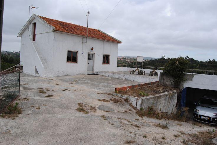Moradia c/ anexos e 5.550 m2 de terreno - a 15 min. da cidade de Caldas da Rainha  Imóvel localizado numa pacata povoação a cerca de 15 min. de carro da cidade.