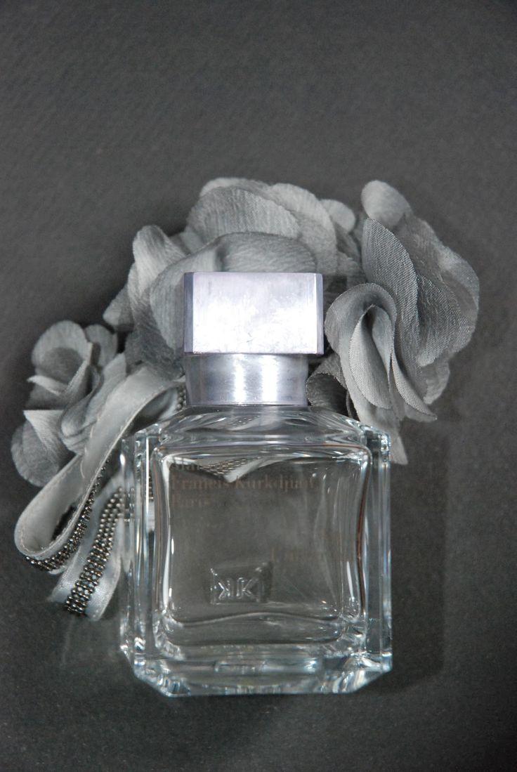 Aqua Universalis et les fleurs grises d' Adam de la marque Tand3m.