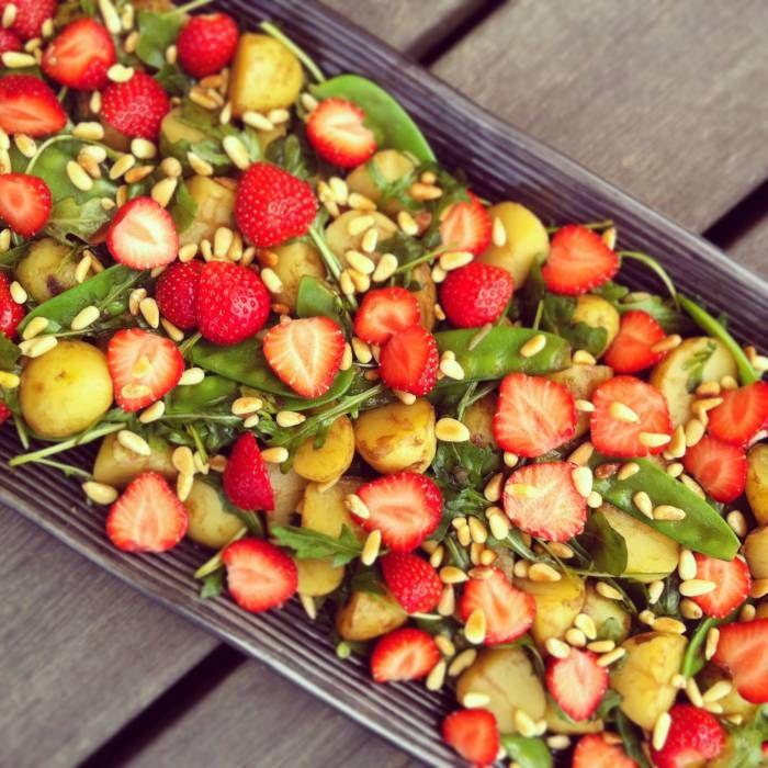 Färskpotatissallad med jordgubbar till grillat!