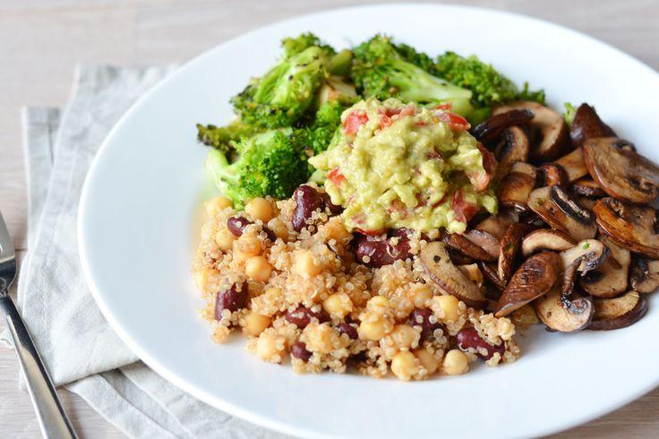 De mooiste gerechten onstaan soms uit restjes in je koelkast. Zo ook deze vegan protein power plate met quinoa, bonen, broccoli, guacamole en meer!