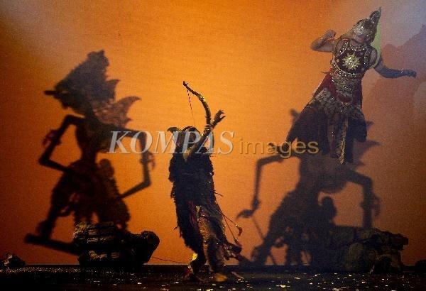 Gatotkaca Jadi Raja  Pementasan wayang orang bertajuk Gatotkaca Jadi Raja - Battle For The Throne karya sutradara Mirwan Suwarso, di The Hall Senayan City, Jakarta, Sabtu (4/2/2012). Pementasan yang didukung dengan sinema, wayang kulit, seni tari dan orkestra ini mengangkat kisah tentang perjuangan Gatotkaca menjadi Raja Pringgodani yang mendapat tantangan dari pamannya Brojodento.