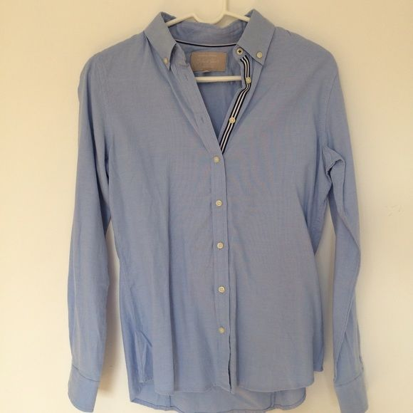 Banana Republic Women's Oxford Shirt Banana Republic Women's Oxford Shirt. Size Small. Never worn. The perfect button up for a day of errands or under a sweater in the colder months. Blue and white detailing down button line. 100% Cotton. Banana Republic Tops Button Down Shirts