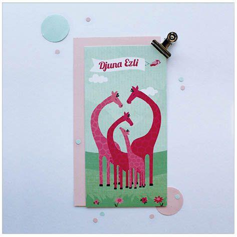 www.hetuilennestje.nl geboortekaartje Djuna: illustratief, illustratie, giraffe, giraffes, dieren, landschap, mint, groen, roze, vogel, wolken, bloemen, gras, familie, meisje, zusje, dochter.