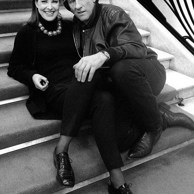 Les plus belles photos des archives de Paris Match.  1996 . Le comédien Gérard Depardieu assis sur un escalier au Théâtre des Champs-Elysées en compagnie de son amie Carole Bouquet .  Photo : Benjamin Auger/Paris-Match.